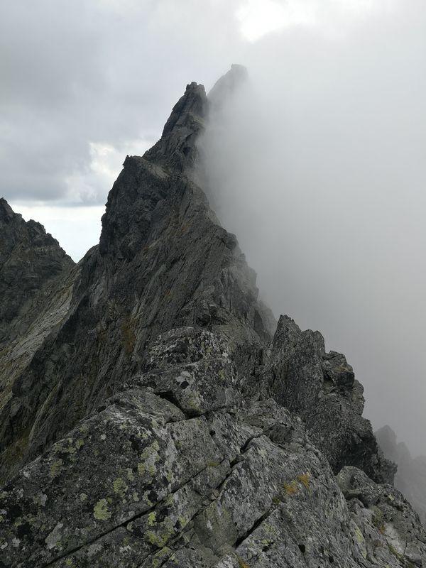 Zmarzły Szczyt we mgle